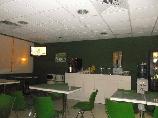 City Express Junior Cancun: Salle à manger et petit déjeuner au 18 février 2014.
