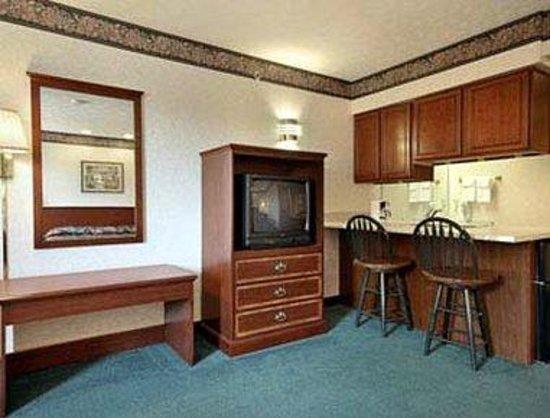 Ramada Limited Strasburg Dover: Suite