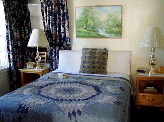 Mallard House: 1 queen  2 twins  2 room suite