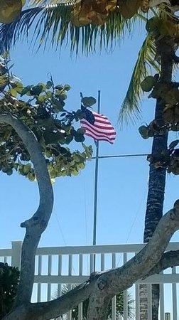 Island Inn : the flag by the pool