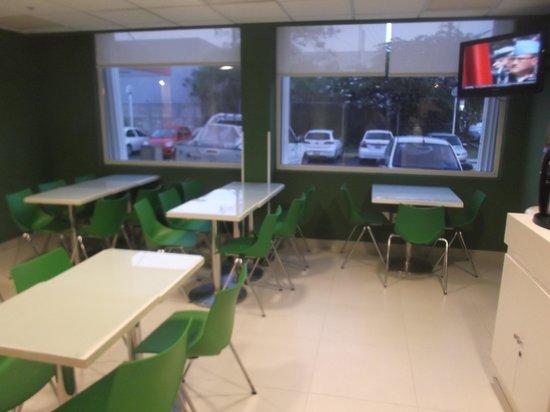 City Express Junior Cancun : Salle à manger et petit déjeuner au 18 février 2014.