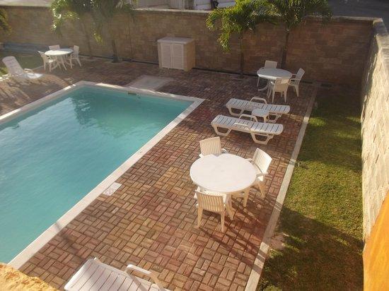 City Express Junior Cancun : Espace piscine au 18 février 2014.