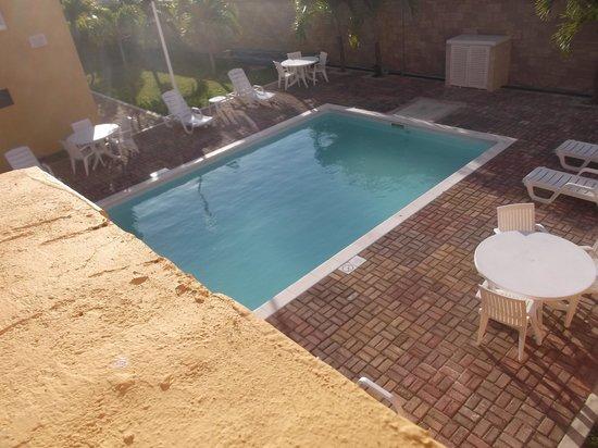 City Express Junior Cancun: Espace piscine au 18 février 2014.