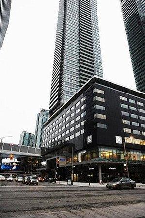 Hotel Le Germain Maple Leaf Square: Exterior
