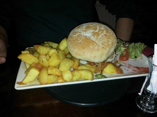 The Head o The Road: Cheeseburger with garlic fries