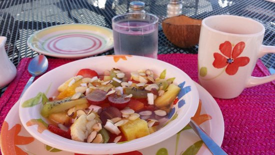 Las Vistas Cafe at Siete Mares Bay Inn: The fruit plate.. fresh and delicious