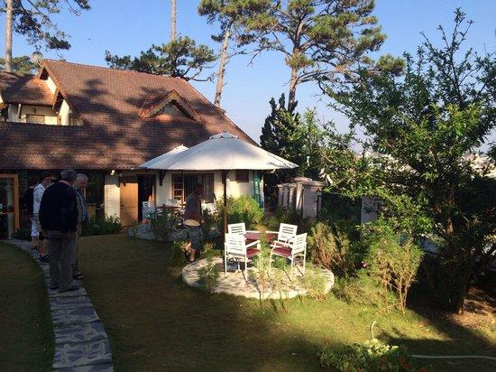 ZEN Cafe & Villa: Peaceful garden, outdoor dinning