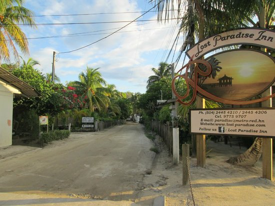 Lost Paradise Inn : Road and sign of the hotel