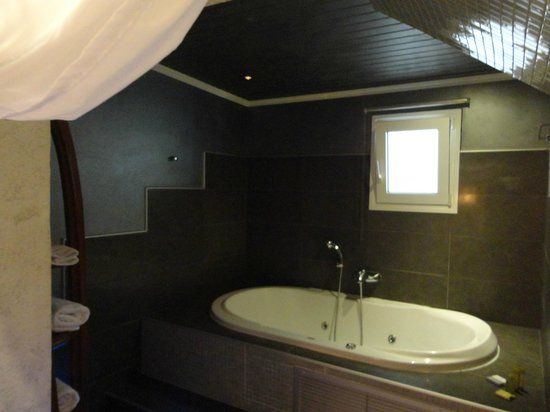 Andromeda Thessaloniki: Jacuzzi Tab in the Bedroom