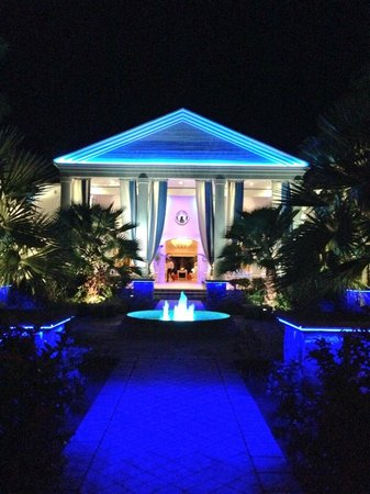 Hotel Riu Palace St Martin: Front Entrance to the resort at night