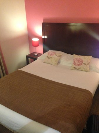 Hôtel Relais Acropolis : кровать