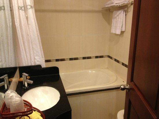 Thien Thao Hotel Ho Chi Minh City: Clean tub.