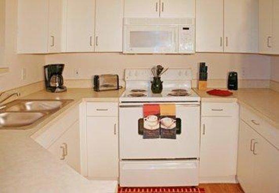 Oakwood at Camden Lee Vista: Kitchen