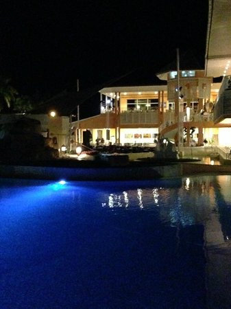 Royalton Hicacos Varadero Resort & Spa: Night time shot of pool and resort