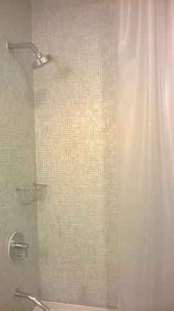 NU Hotel: Shower