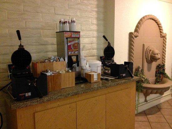 La Quinta Inn San Diego Chula Vista: Waffle and Pancake station