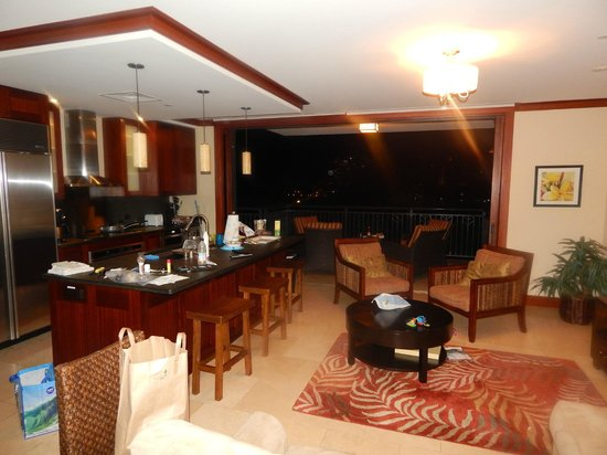 Beach Villas at Ko Olina: Living room and Kitchen area