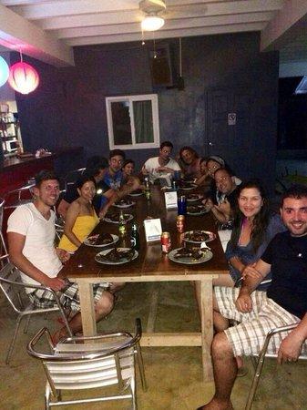 Surfcamp Guanico: Comiendo con los compañeros del hotel y Nick el dueño, uno se  siente como en casa. Chevere