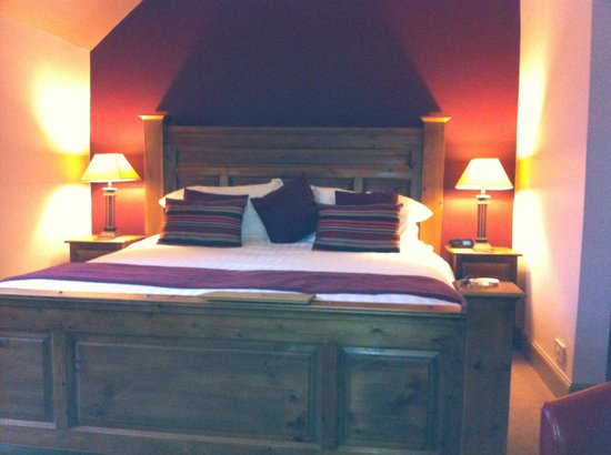 The Achray House Hotel and Lodges: Lovely big bed in the superior loch view room