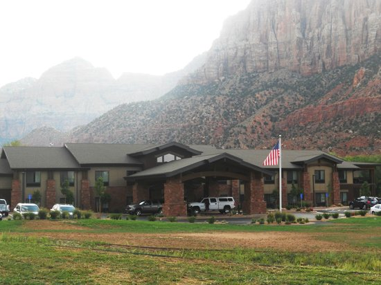 Hampton Inn & Suites Springdale Zion National Park: view of the hotel