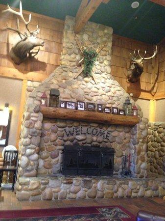 Canyon Diner: Cheminée dans l'entrée