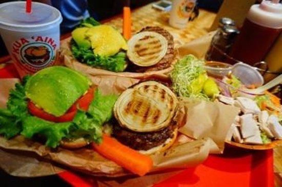 Kua Aina Sandwich: アボガドバーガーです。重ねあわせてがぶりと食べます。サラダも豪快!