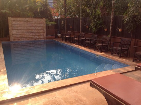Shining Angkor Boutique Hotel: Pool note only 3 loungers