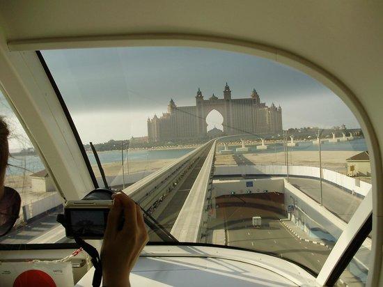 Tour Val: Hotel Atlantis vue du Monorail