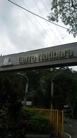 Cerro Nutibara: Entrada al cerro nutibarra o pueblito paisa. Por aqui hay unas escaleras y son buenas para subir