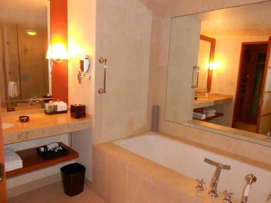 Taj Campton Place: Large tub and vanity