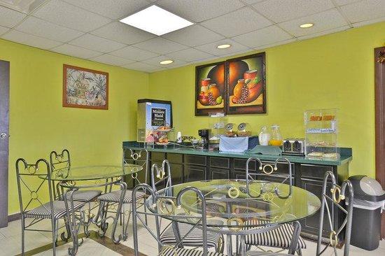 Americas Best Value Inn & Suites-Haltom City/Ft. Worth : Breakfast Area
