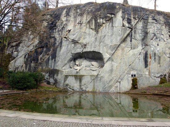 Monumento al león de Lucerna: le lion vue de loin