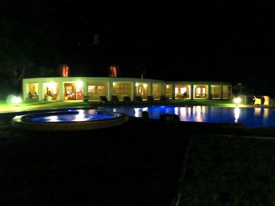 Lilayi Lodge: Bar / Restaurant & Pool