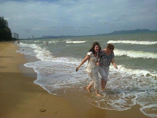 Pinnacle Grand Jomtien Resort: Вода теплая, так и манит купаться