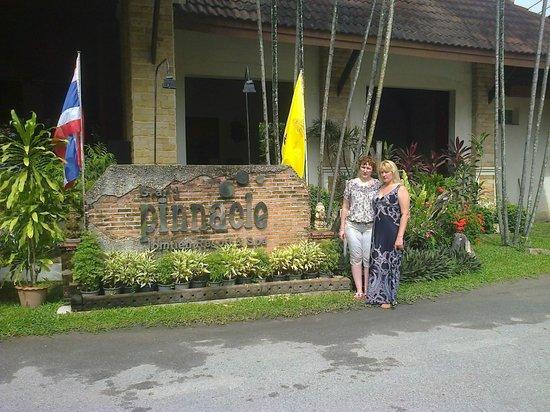 Pinnacle Grand Jomtien Resort: Возле входа в отель