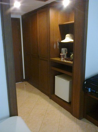 Pinnacle Grand Jomtien Resort: Шкаф для одежды, и в нем же сейф для ценных вещей