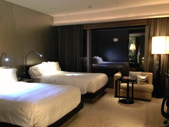 W Hong Kong : Fabulous Room / 2 Oversized Single Beds
