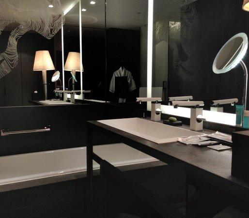 W Hong Kong : Fabulous Room / Bathub and Vanity