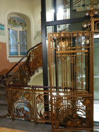 K+K Hotel Central : The fabulous Art Nouveau staircase and ingenious new lift