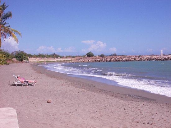 Hilton Ponce Golf & Casino Resort: View of the hotel beach
