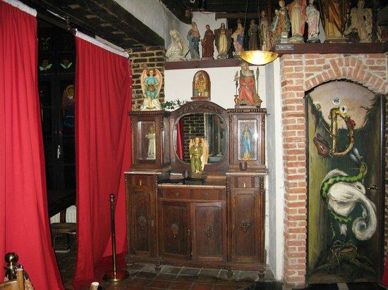 Kathedraalcafe : Гипсовые статуи  украшают весь интерьер