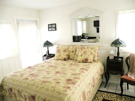 Monte Rio Vacation Cottages: queen bed studio