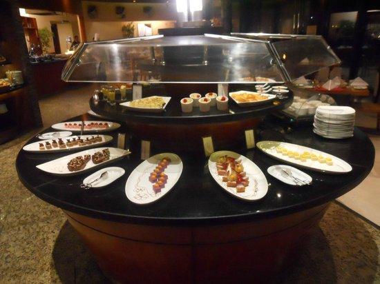 Hilton Kuwait Resort: Buffet in the main restaurant