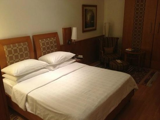 Trident, Chennai : bed and room