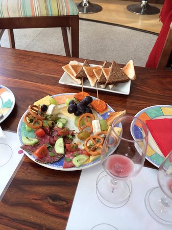 Behind the Town Hall: Yummy platter post wine taste