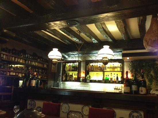 Ambassade D'Auvergne: le bar et sa deco tres typique