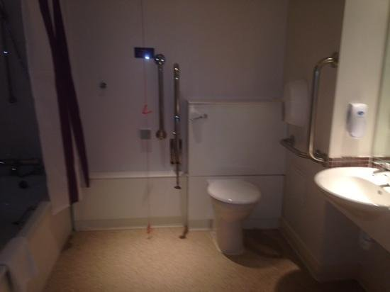 Premier Inn Fleet Hotel: disabled bedroom with low bath.