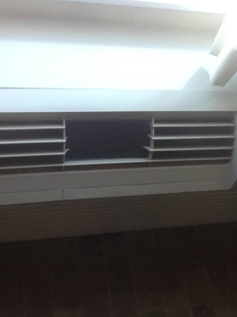 Hampton Inn & Suites Atlanta Airport West/Camp Creek Pkwy: Broken A/C grill