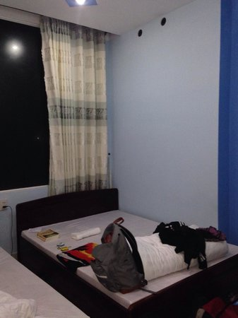 Hai Long Vuong Hotel: Double bed with big window
