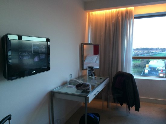 The Beacon: Table area, TV on the wall and a good mirror in the room